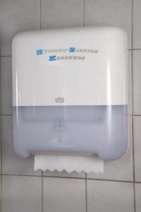 Papierspender für Toiletten nahaufnahme seitenansicht