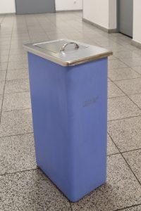Damenhygiene-Behälter in Blau einzeln seitenansicht
